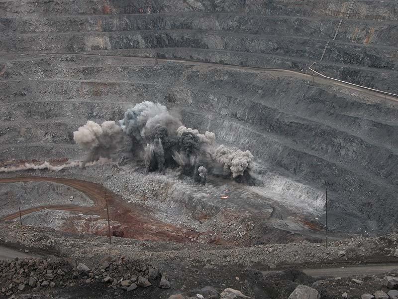 Плановые взрывные работы на разрезах Республики Хакасия